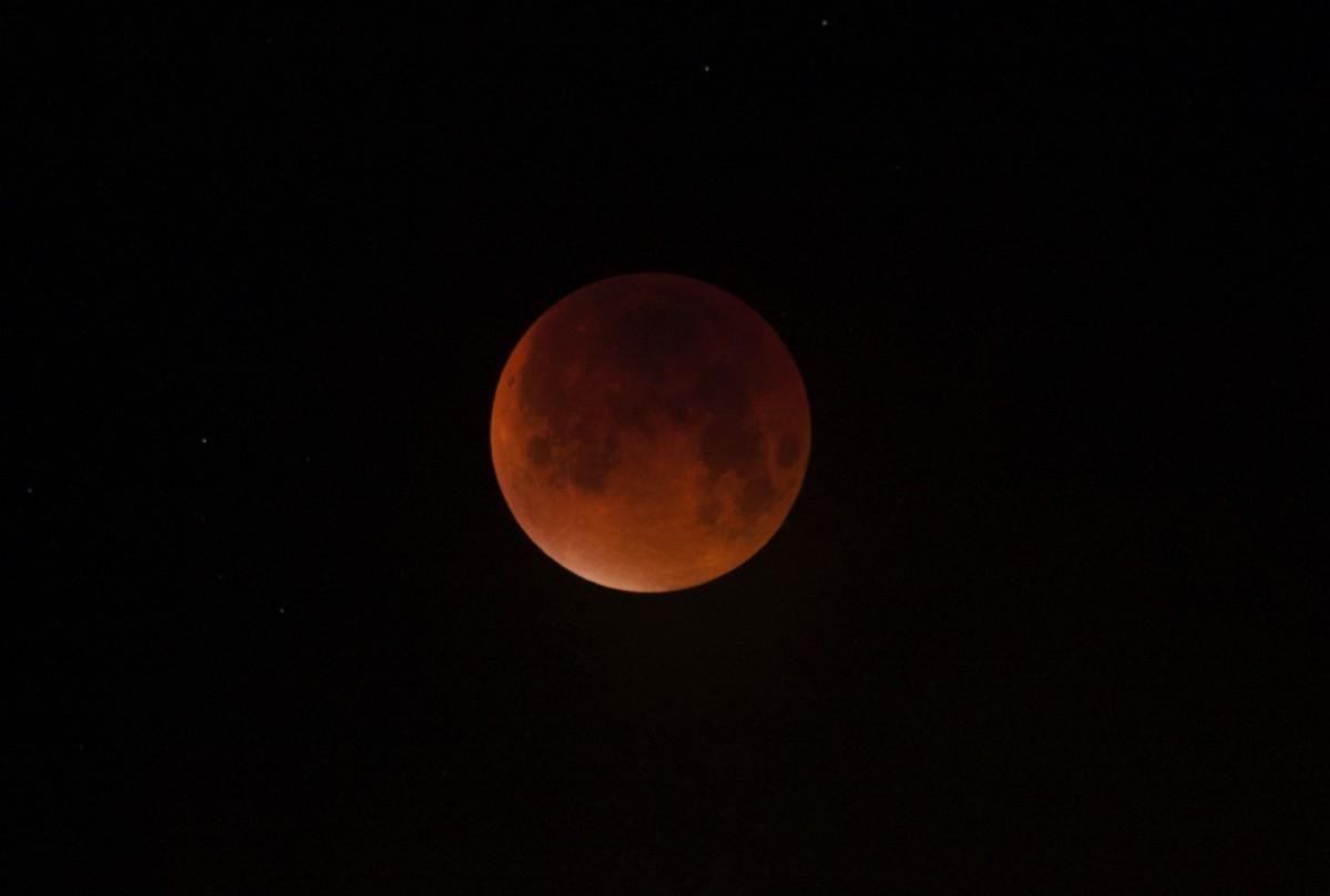 foto maansverduistering 28 september. Foto Maaike van der Plas